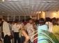 Le public visite l'exposition photos
