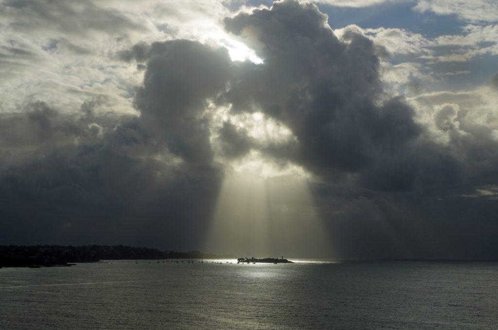 """François LEFEBVRE : Emotions : Je me suis dis : """" Waouh, passer une semaine en mer, visiter les plus belles îles de la Caraïbe et finalement se voir offrir ce magnifique spectacle de retour en Guadeloupe. Un circuit qui s'achève en apothéose avec un îlet du Gosier dans son écrin de lumière. Que la Guadeloupe est belle et que sa nature déborde de richesses. Elle n'a rien à envier aux autres îles."""""""